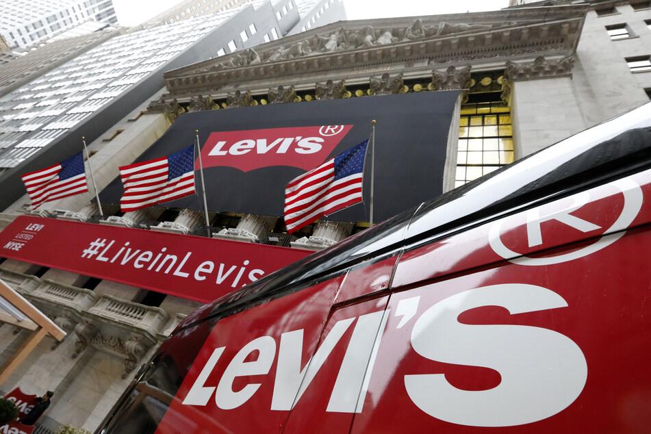 Ein Levi's-Banner hängt an der Fassade der New Yorker Börse.