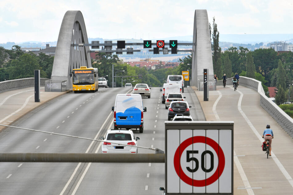 18-Jähriger verletzt sich, als er Treppe an der Waldschlösschenbrücke runterfährt