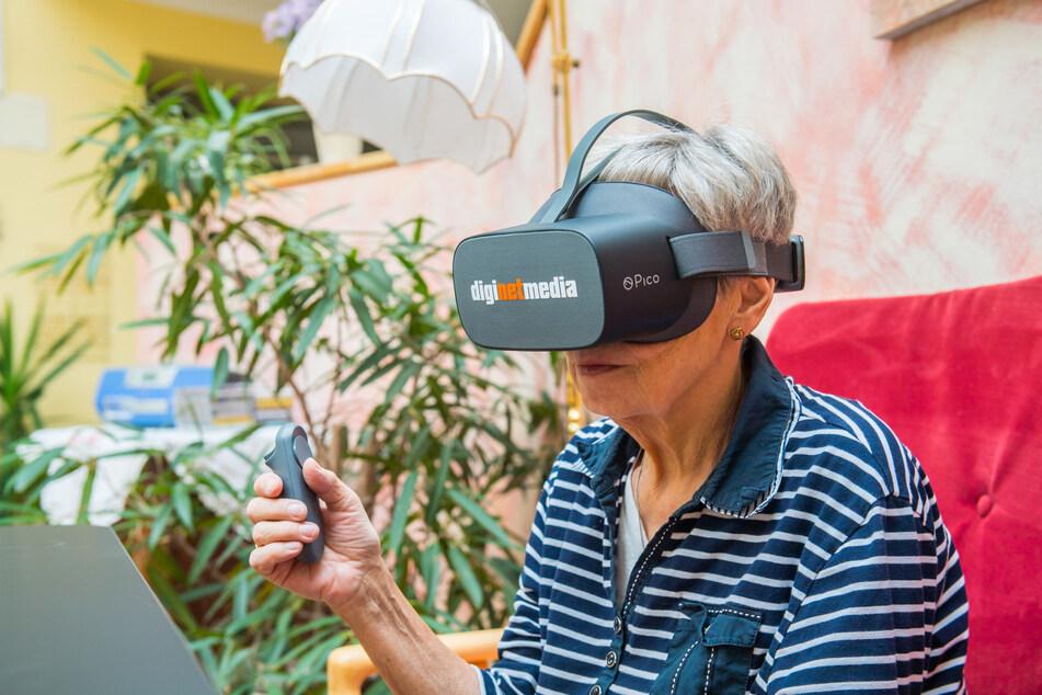 Rentnerin Dagmar Pinther (68) ist von der neuen VR-Brille begeistert.
