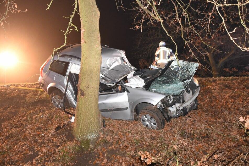 Berlin: Auto kommt von Straße ab und prallt gegen Baum