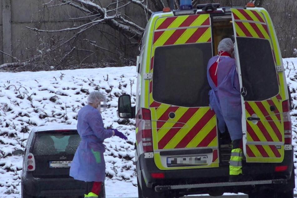 """Sanitäter steigen am """"Azurit Seniorenzentrum Weimarblick"""" in einen Rettungswagen."""
