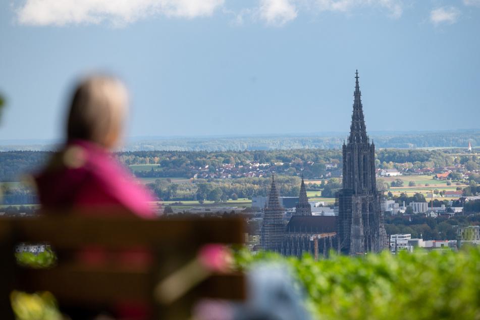 Eine Frau blickt aufs Ulmer Münster. Im dortigen Stadtkreis ist die Inzidenz am Samstag mit 20,5 am höchsten.