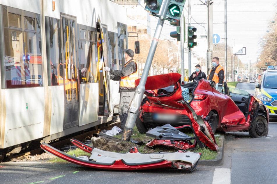 Schwerer Unfall zwischen Bahn und Renault! Frauen in Auto eingeklemmt