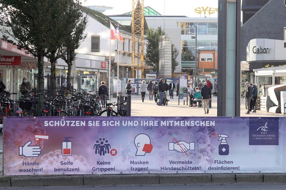 Ein Banner hängt vor einer Fußgängerzone in Westerland auf Sylt.
