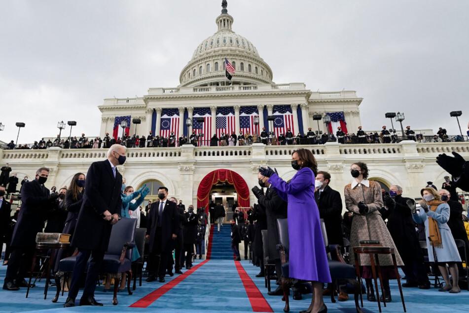 Die designierte Vizepräsidentin Kamala Harris (r.) applaudiert, als der designierte Präsident Joe Biden zur 59. Amtseinführung des Präsidenten im US-Kapitol in Washington eintrifft.