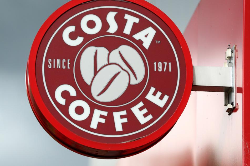 Ein Schild der britischen Café-Kette Costa hängt in Huddersfield.