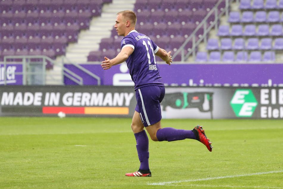 """die """"Flügel"""" ausgebreitet: Florian Krüger nach seinem goldenen Tor gegen den KSC. Der 21-Jährige steht jetzt bei sieben Saisontoren und sieben Assists."""