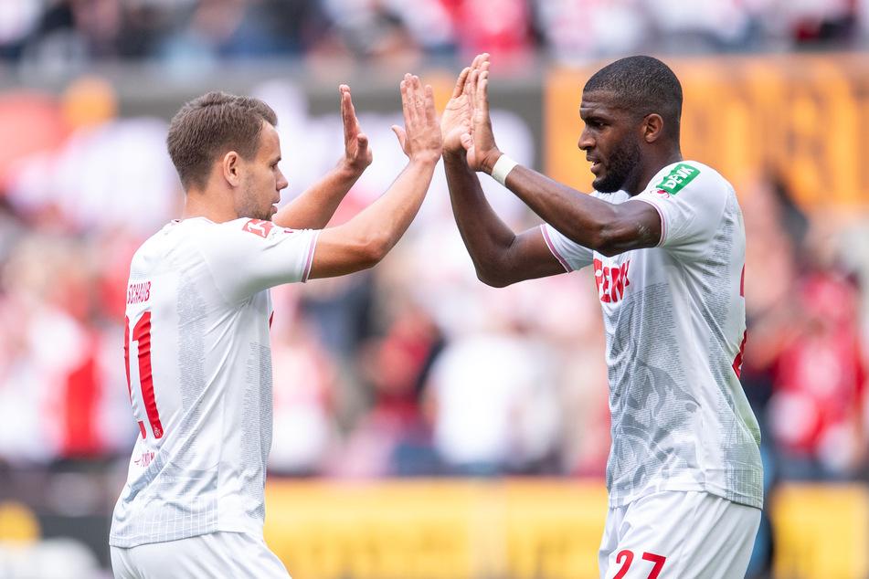 So sehen die Fans des 1. FC Köln ihre Spieler am liebsten: Anthony Modeste (33, r.) jubelt gemeinsam Louis Schaub (26, l.).