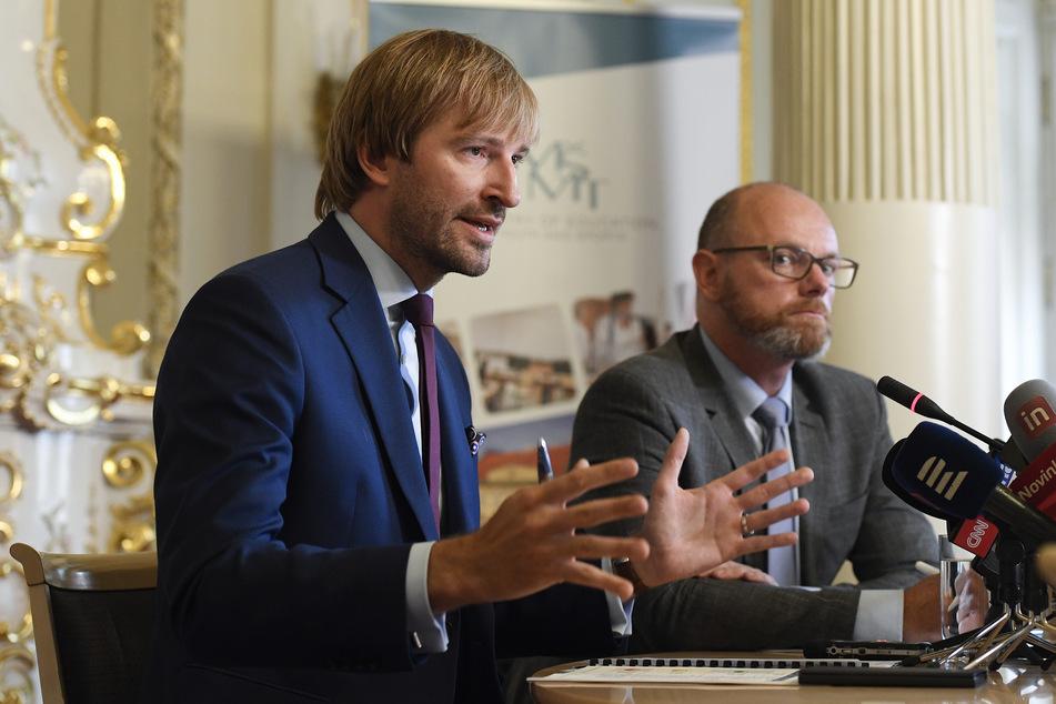 Robert Plaga (r), Bildungsminister in Tschechien, und Adam Vojtěch Gesundheitsminister von Tschechien, informierten bei einer Pressekonferenz über die Maßnahmen zum Schutz vor dem Coronavirus in Schulen. Ab dem 1. September 2020 beginnt in Tschechien das neue Schuljahr.