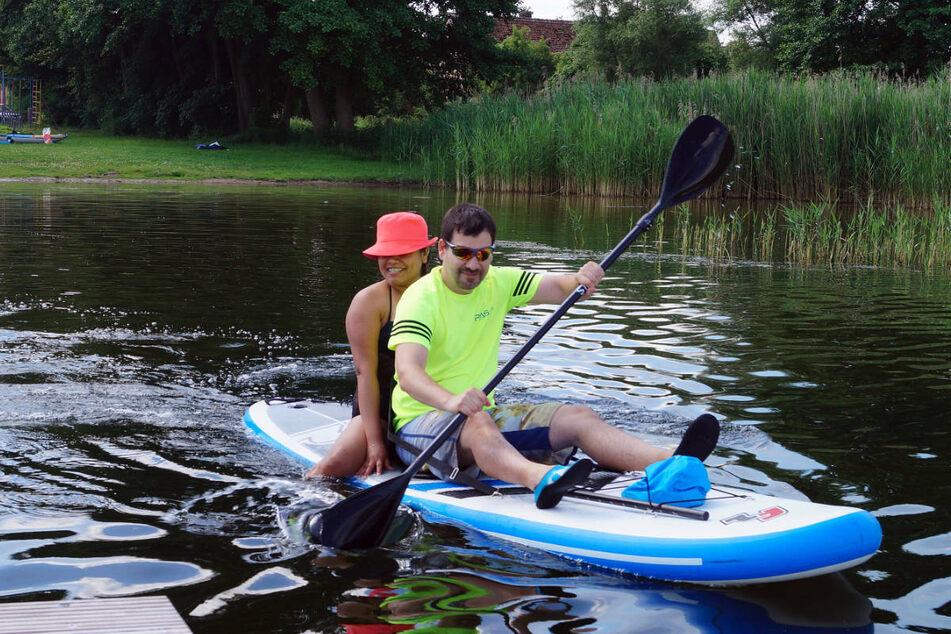 Ein Paar legt zu einer Paddeltour auf dem Dranser See ab. Der Wassertourismus stellt mittlerweile einen wichtigen Wirtschaftsfaktor in Brandenburg dar.