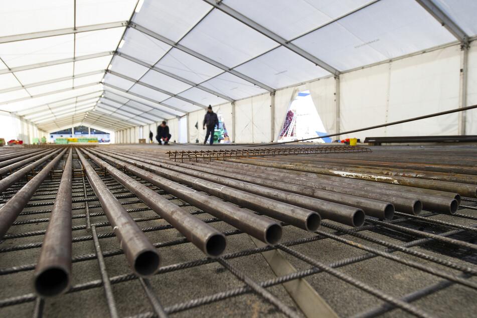 Zurzeit wird die Bahn betoniert und in den Zelten Rohre für das Kühlsystem verlegt.