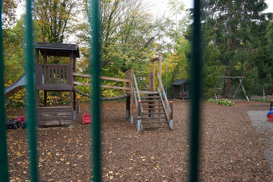 Blick auf einen geschlossenen Kita-Spielplatz. Von den landesweit rund 10.600 Kitas in NRW waren im Laufe des Septembers wegen Corona-Fällen viele geschlossen. (Symbolbild)