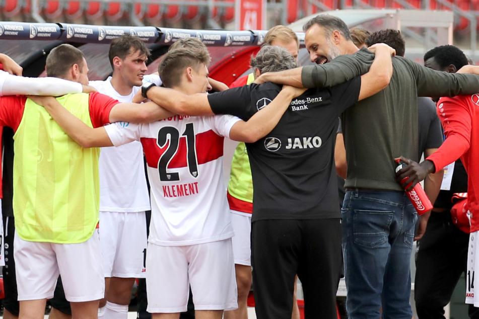 Die Mannschaft des VfB Stuttgart steht nach dem Abpfiff gegen den 1. FC Nürnberg jubelnd auf dem Platz.