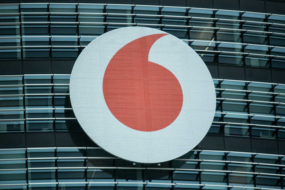 Das Vodafone-Logo ist an der Fassade der Firmenzentrale zu sehen.