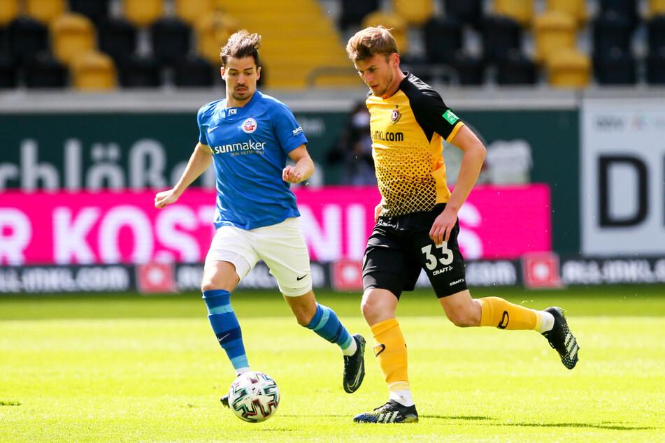 Manuel Farrona Pulido (28, l.), hier gegen Dynamo-Stürmer Christoph Daferner (23), kam für den FC Hansa Rostock in 26 Einsätzen auf sieben Tore und sechs Vorlagen, trug seinen Teil zum Aufstieg in die 2. Bundesliga bei.