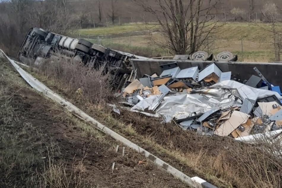 Unfall A14: Schock auf der A14: Windböe schubst Lkw mitsamt Ladung in den Graben