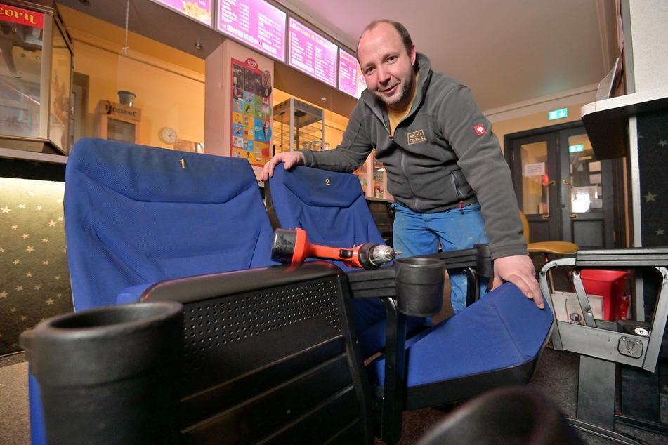 Andreas Ronneberger (42) bietet die alten Stühle der Filmbühne Mittweida zum Verkauf an.