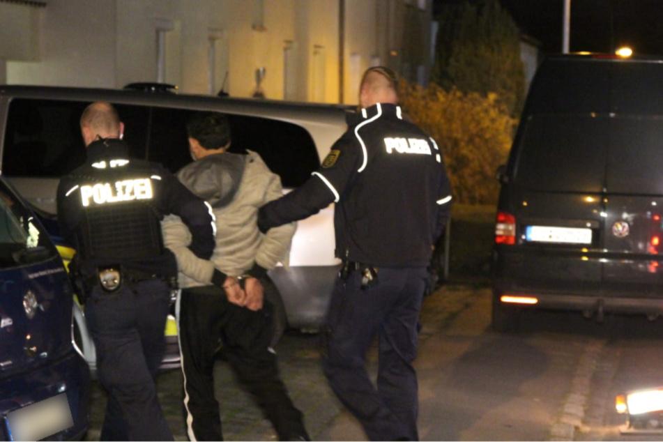 Einer der Tatverdächtigen wird abgeführt.
