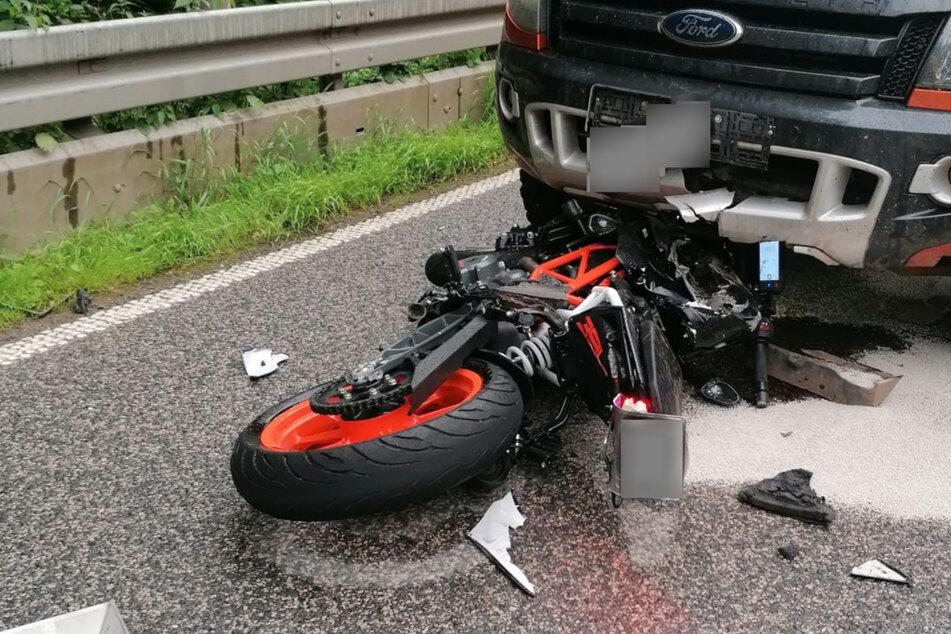 Sieht zum Glück schlimmer aus als es ist: Ein Bild des Unfalls zeigt das Motorrad unter dem Ford klemmen.