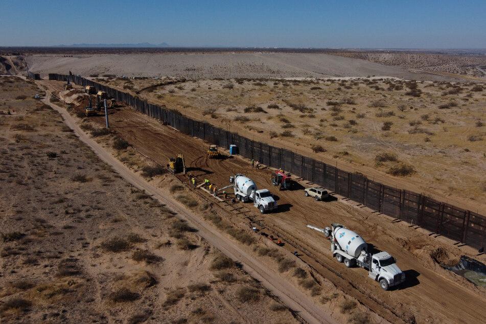 Ciudad Juarez: Arbeiter bereiten das Fundament für einen Stahlabschnitt der Grenzmauer vor. Die Arbeiten wurden nun auf Eis gelegt.