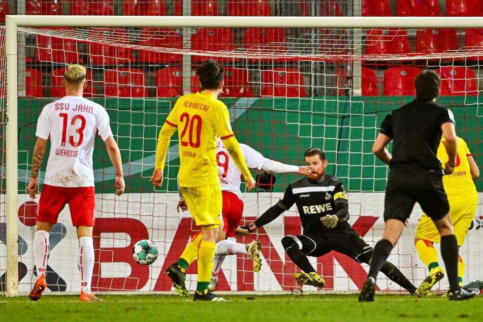 Jahn-Angreifer Jann George (3.v.l.) brachte Regensburg mit seinem 2:2-Ausgleich zurück ins Spiel.