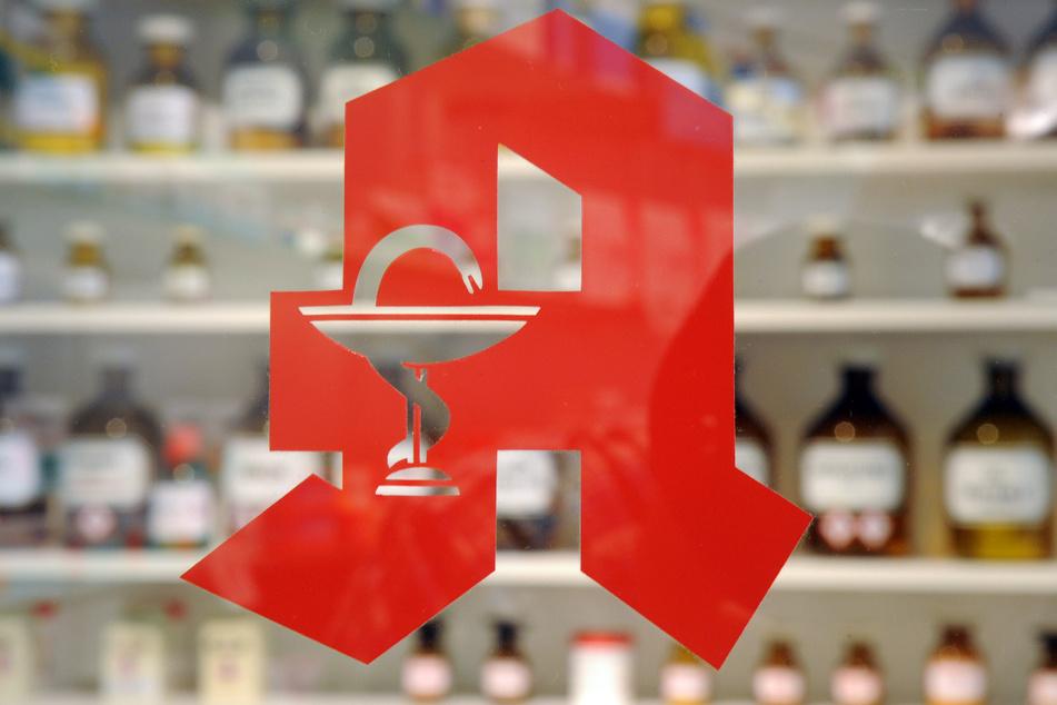 Mit Risiken und Nebenwirkungen: Menschen feiern Party in Apotheke
