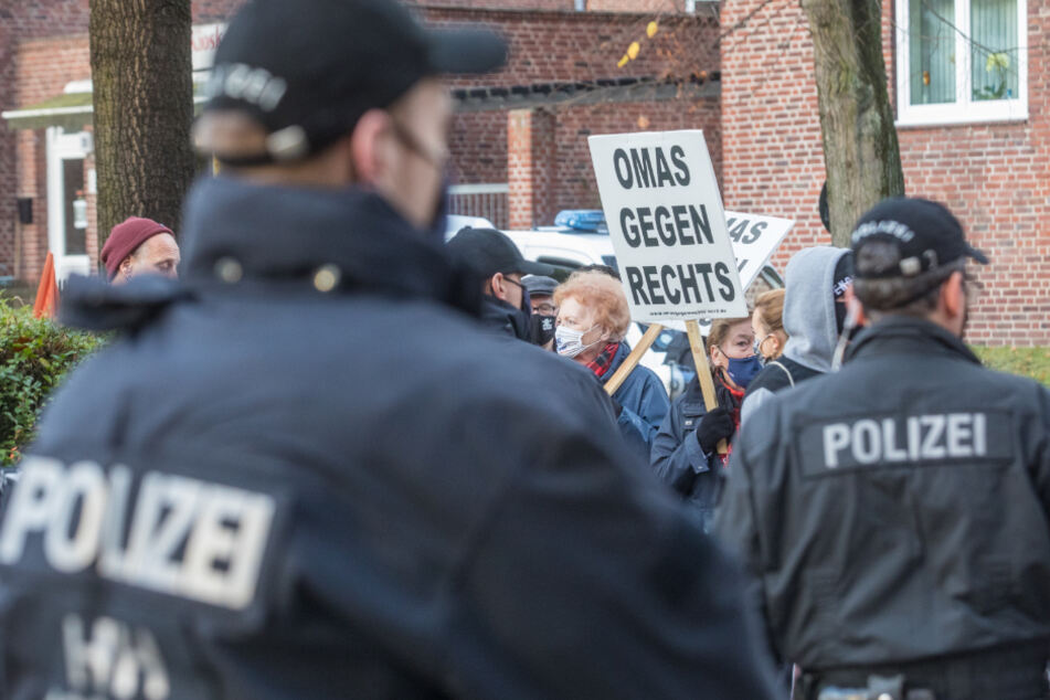 AfD hält Parteitag trotz Corona: Demonstranten blockieren Eingang