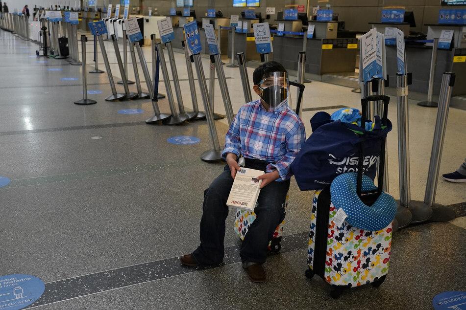 Ein zehnjähriger Junge trägt einen Gesichtsschutz, während er am Flughafen von Los Angeles auf seinen Flieger wartet. Die USA ist das Land mit dem am weltweit meist bestätigten Infektionen mit gut 32 Millionen Corona-Infizierten.