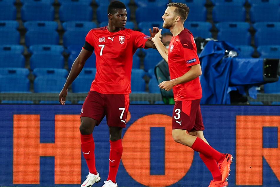 Silvan Widmer (r.) glich nach Pass des stark aufspielen Breel Embolo zum 1:1 für die Schweiz aus. Später musste der Vorlagengeber verletzt ausgewechselt werden.