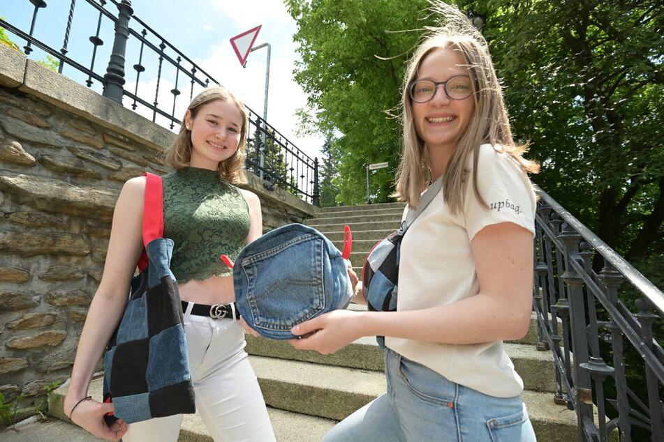 """Stephanie Veith (17, l.) und Emely Flöhrer (17) präsentieren die Produkte ihrer Schülerfirma """"Upbag""""."""