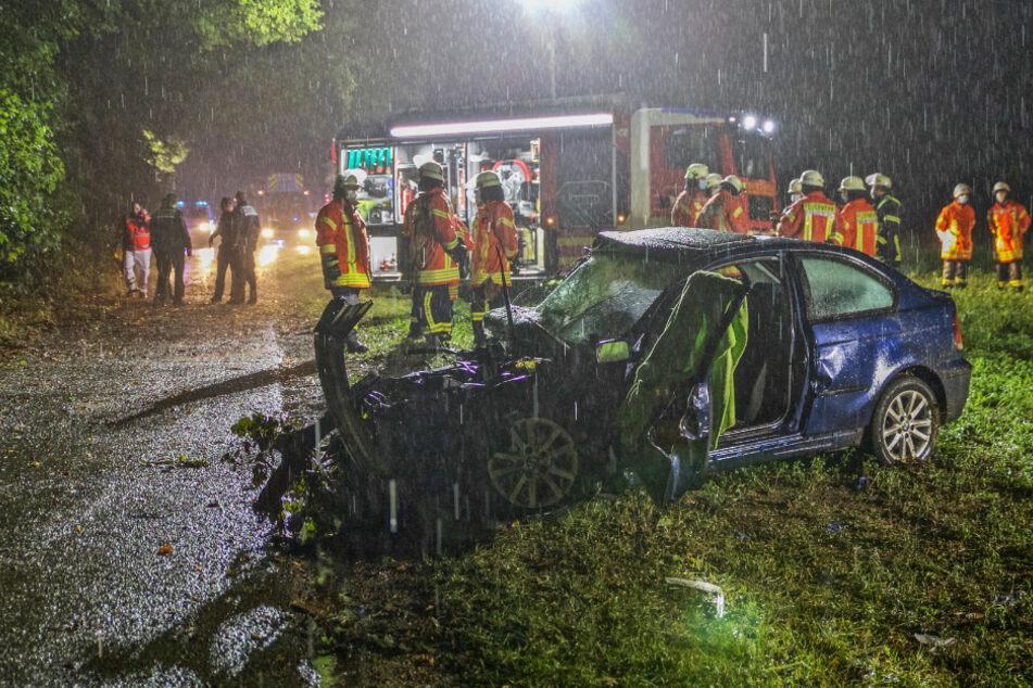 Der Mann wurde in seinem BMW eingeklemmt und musste von der Feuerwehr befreit werden.