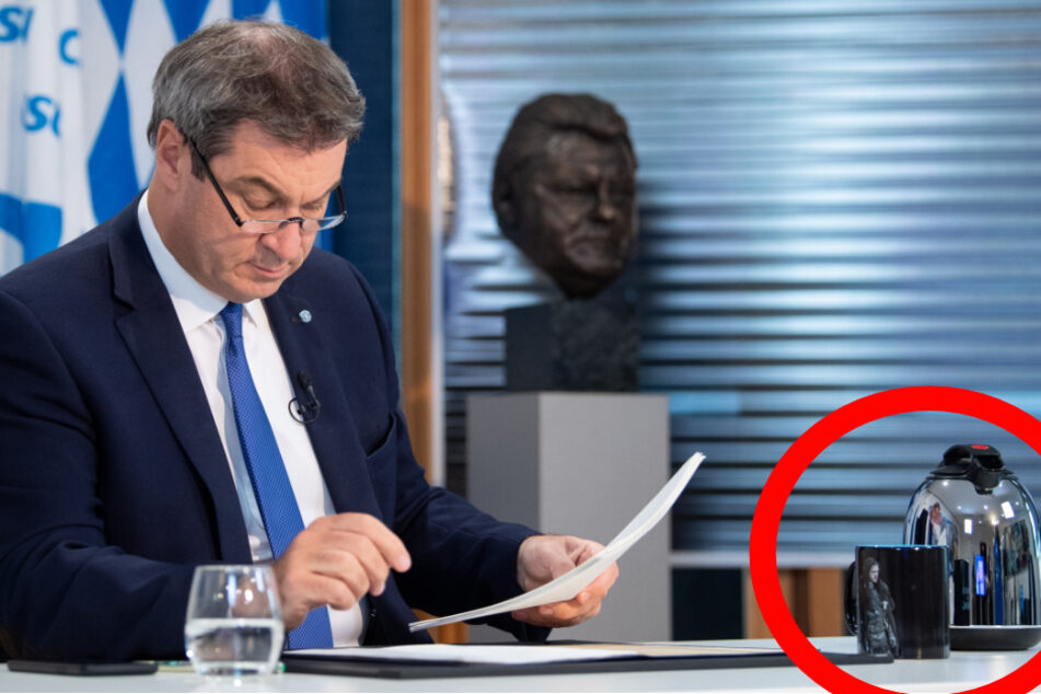 """Markus Söder (53, CSU) in seinem Büro in der CSU-Landesleitung. Auf seinem Schreibtisch steht eine Tasse mit der Aufschrift """"Winter is coming/Winter is here"""" und einem Motiv aus der Serie """"Game of Thrones""""."""