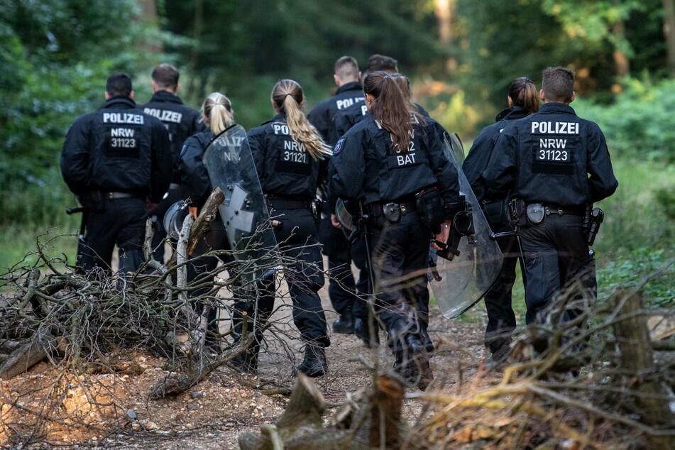 Polizisten betreten die Reste des Hambacher Walds.