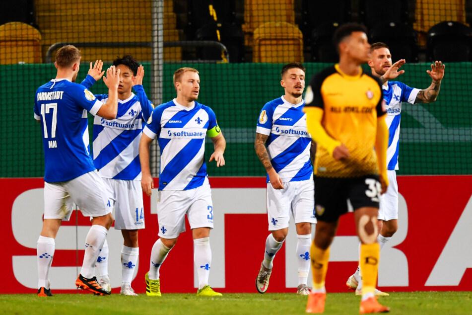 Lilien-Vorentscheidung: Lars Lukas Mai (l.) gratuliert 2:0-Torschützen Seung-ho Park (2.v.l). Auch Ex-Dynamo Tobias Kempe (r.) jubelt mit.