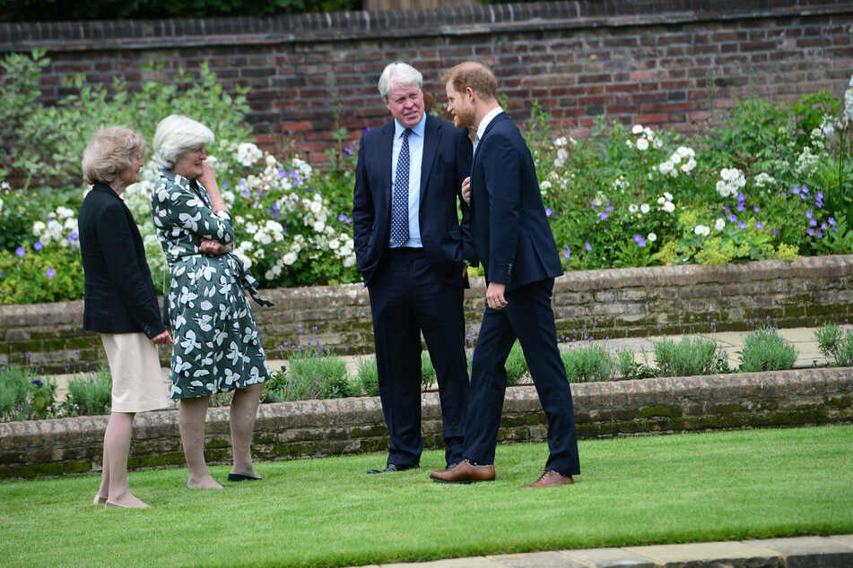 Prince Harry (r.) with Lady Sarah McCorquodale (c.), Lady Jane Fellowes (l.) and Earl Spencer (c.), at the unveiling of the new Princess Diana statue.