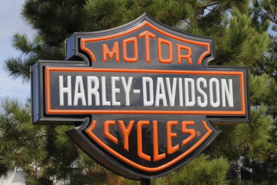 Ein Schild ist am Eingang zu einem Harley Davidson-Händler in der Stadt Ashland im US-Bundesstaat Oregon. (Archivbild)