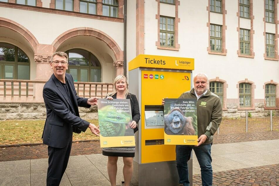 Zoodirektor Jörg Junhold, Sandy Brachmann und Ulf Middelberg von den Leipziger Verkehrsbetrieben (v.r.n.l.) vor einem Ticketautomaten.