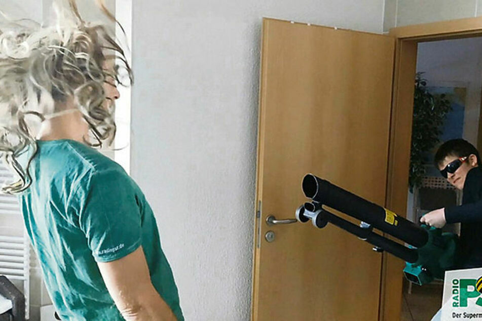 Während Steffen Lukas (51) singt, kämpft PSR-Nachrichtenmann Hajo Wilken mit grauer Perücke gegen den Wind.