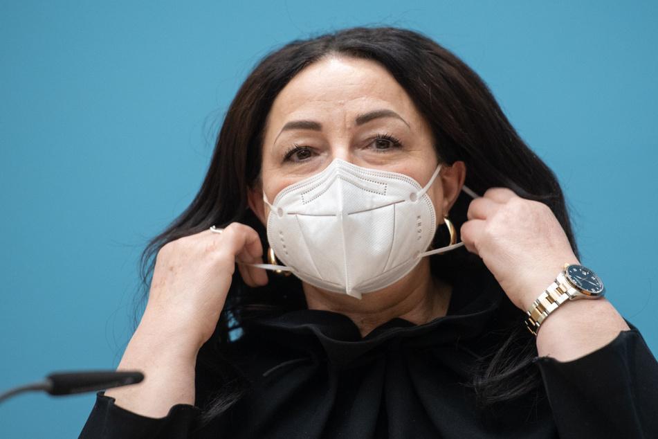 Dilek Kalayci (SPD), Senatorin für Gesundheit, Pflege und Gleichstellung, kommt zu einer Pressekonferenz nach einer Sitzung des Berliner Senats und nimmt ihren Mund-Nasen-Schutz ab.