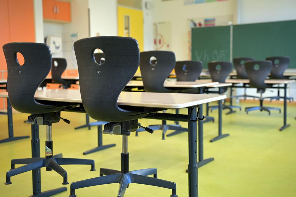 Die Stühle sind in einem leeren Klassenzimmer der Comenius-Schule auf die Schulbänke gestellt.