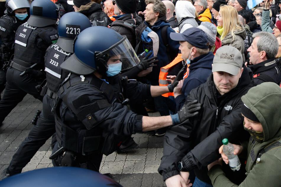 """Mehr als 20.000 Anhänger der sogenannten """"Querdenker""""-Bewegung hatten am Samstag in Kassel demonstriert."""