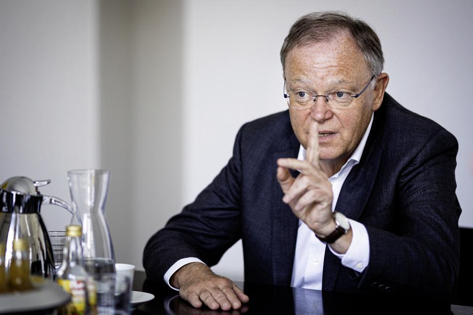 Ministerpräsident Stephan Weil (62, SPD) spricht sich für die Impfung von Kindern und Jugendlichen aus.