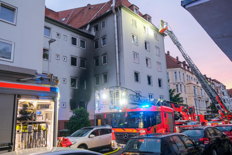 Feuerwehrleute kontrollieren nach der Explosion in einer Wohnung das gesamte Mehrfamilienhaus in Hannover.