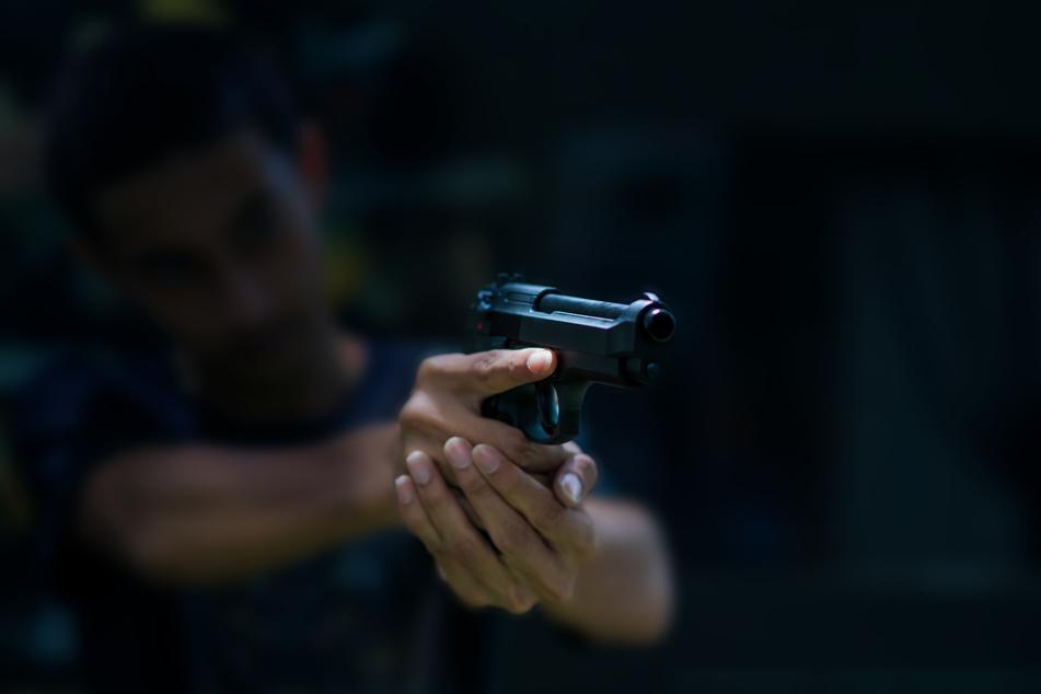 In Neuss bedrohte ein Mann einen Maskenverweigerer mit einer Schreckschusspistole (Symbolbild).