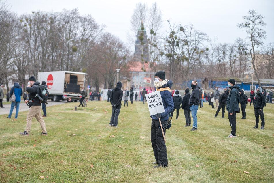 Auch Gegenprotestler formierten sich gegen die Querdenker.