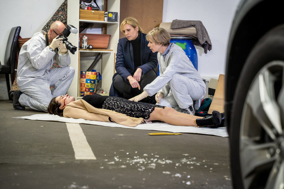 Rechtsmedizinerin Prof. Dr. Sabine Rossi (r.) geht nicht von einem Unfall aus.