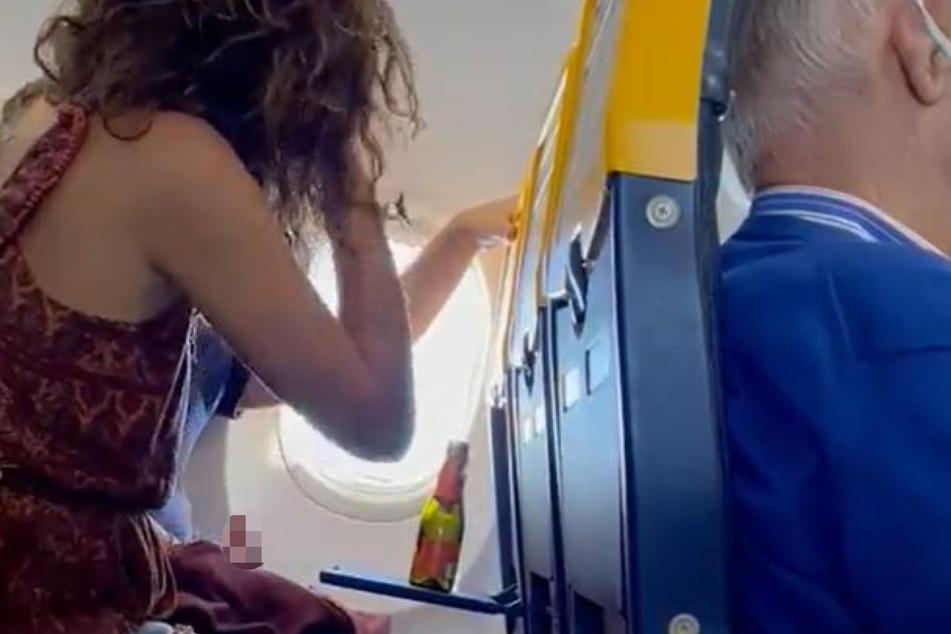 Gegen Ende des Videos ist der erigierte Penis des Mannes (hier gepixelt) zu sehen.