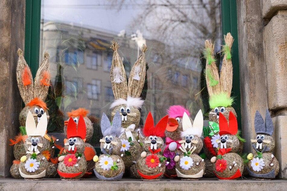Osterhasen als Dekoration stehen bei einem Dresdner Blumenladen im Schaufenster. Der Handelsverband Sachsen befürchtet, dass die Osterware der Einzelhändler größtenteils nicht verkauft werden kann.