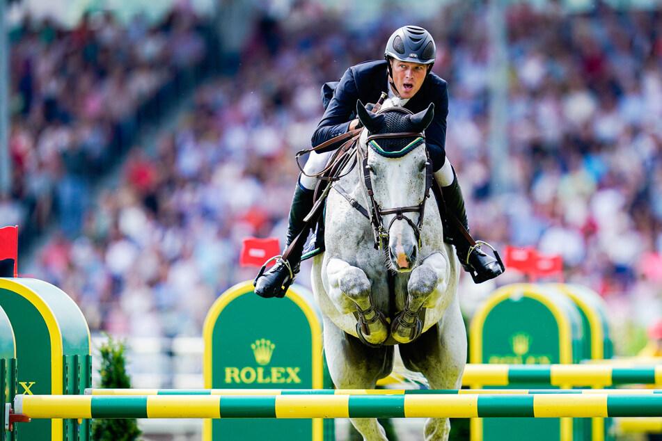 """Der deutsche Springreiter Sven Schlüsselburg (39) überquert mit seinem Pferd """"Bud Spencer"""" beim zuletzt ausgetragenen CHIO 2019 ein Hindernis."""