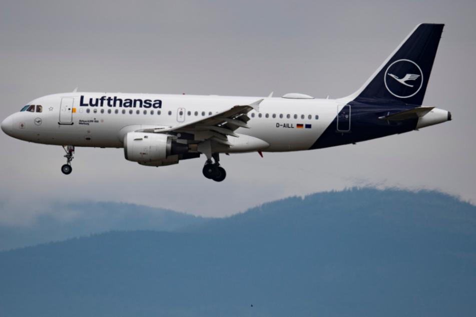 Ein seltenes Bild in Corona-Zeiten: Ein Flugzeug am Himmel und nicht am Boden.